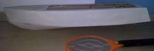 Comparação do tamanho da lancha em relação à raquete 'mata-mosquito'.